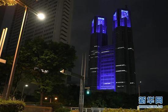 ▲5月5日,日本东京都厅大楼点亮蓝色灯光,向医护人员致敬。新华社记者 杜潇逸 摄