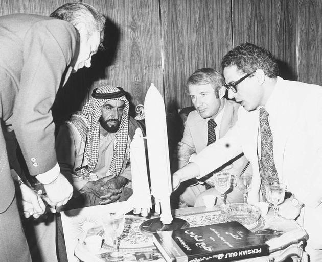 1976年,宇航员向阿联酋前总统阿勒纳哈扬介绍航天飞机