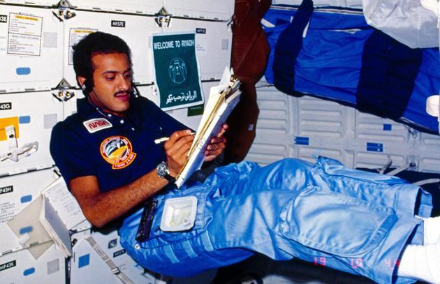 宇航员苏尔坦在发现号航天飞机上,1985年