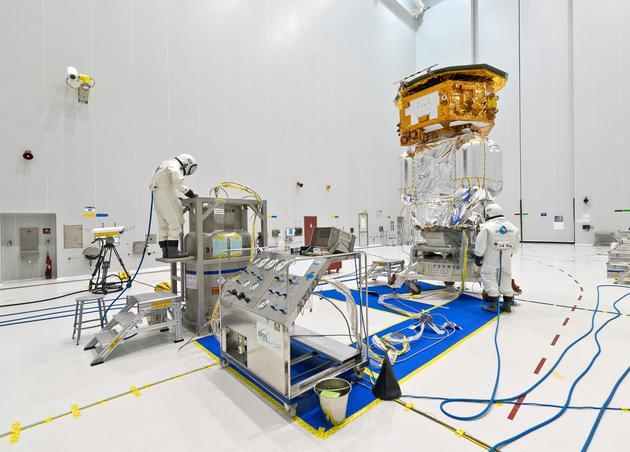 下一代引力波探测器可以由航天器编队组成。图中显示的是激光干涉空间天线开路者号(LISA Pathfinder)任务团队正在为2015年12月的发射做准备。目前,该任务已经成功地测试了新一代探测器所需的技术。