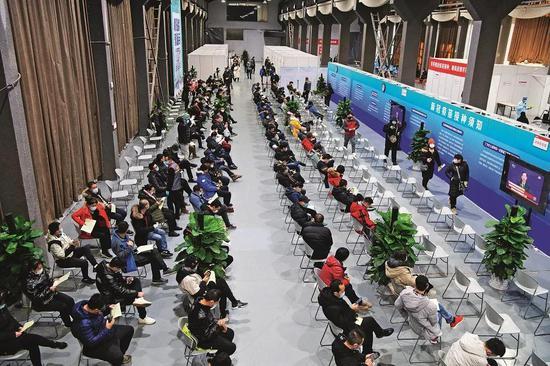 1月3日,接种人员在设置于北京市朝阳区朝阳规划艺术馆的临时接种点参加新冠病毒灭活疫苗接种,人员在接种后需在观察区留观30分钟无异常后方可离开。摄影/本刊记者 侯宇