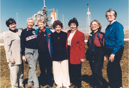 部分水星13的女飞行员们在1995年的发射现场,左二为芬克,图片来自于NASA官网